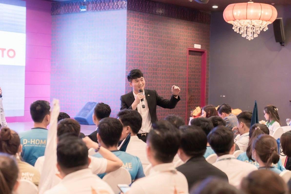 Ông Lê Trần Khánh Nguyên – Giám đốc Kinh doanh DHA Corp chia sẻ các ưu điểm nổi bật của căn hộ hạng sang D-Homme.