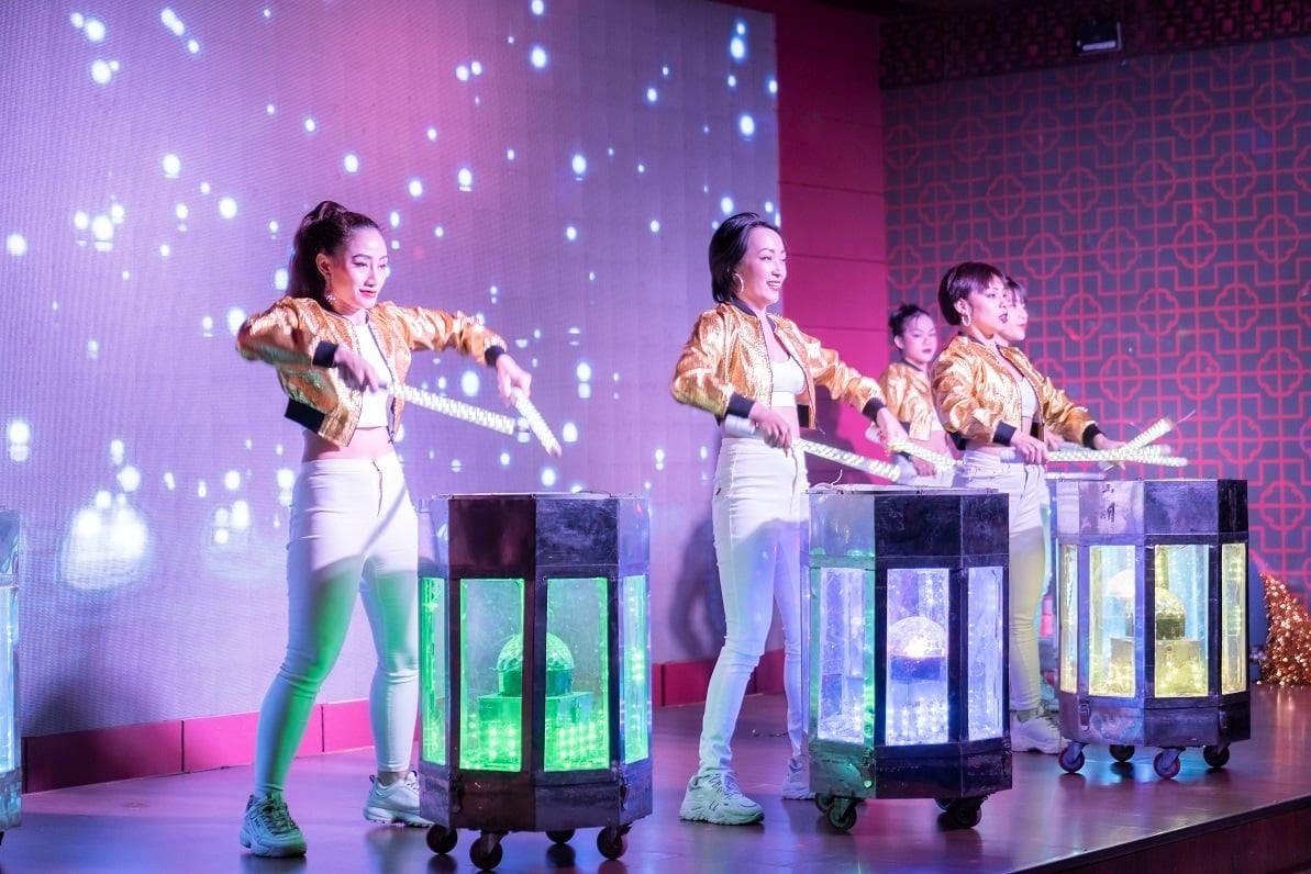 Không khí trở nên nóng hơn với những tiết mục biểu diễn đặc sắc của vũ đoàn
